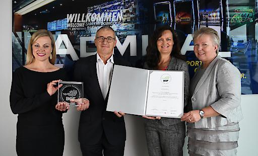 Monika Racek (Vorstandsvorsitzende ADMIRAL Casinos & Entertainment AG), Paul Kozelsky (Geschäftsführer ADMIRAL Sportwetten GmbH), Elisabeth Gschiel (Leiterin Kundenservice ÖGK) und Beate Anglmayer (Kundenservice ÖGK) bei der Zertifikatsverleihung.