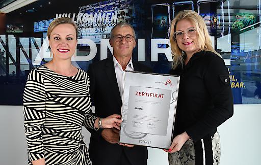 Dr. Monika Racek (Vorstandsvorsitzende ADMIRAL Casinos & Entertainment AG), Paul Kozelsky (Geschäftsführer ADMIRAL Sportwetten GmbH) und Mag. Monica Rintersbacher (Leitbetriebe Austria-Geschäftsführerin) bei der Zertifikatsverleihung in der ADMIRAL-Zentrale in Wiener Neudorf.
