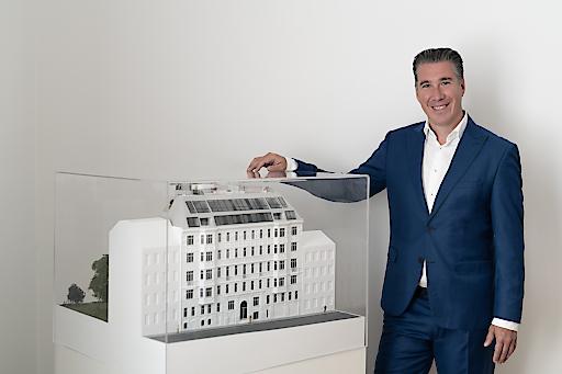 """Vorzeigeprojekt: Bauherr Ing. Michael Schmidt, Geschäftsführer der 3SI Immogroup, stolz vor dem Modell """"The Masterpiece"""""""