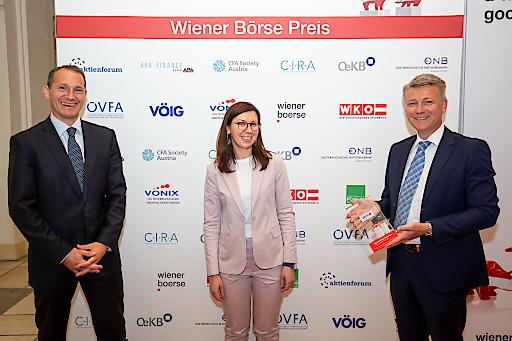 Wiener Börse Preis 2020: Erste Group Bank AG für beste Pressearbeit mit dem ersten Platz des Journalistenpreises ausgezeichnet, v.l.n.r.: Stefan Dörfler (Erste Group Bank), Carmen Staicu (Erste Group Bank), Wolfgang Nedomansky (APA-Finance)