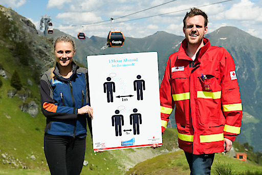 Anna Czerny, Marketingleiterin bei den Gasteiner Bergbahnen und Markus Plaickner, Abteilungsausbildner der Bezirksstelle des Roten Kreuzes Gastein, auf der Schlossalm Bergstation