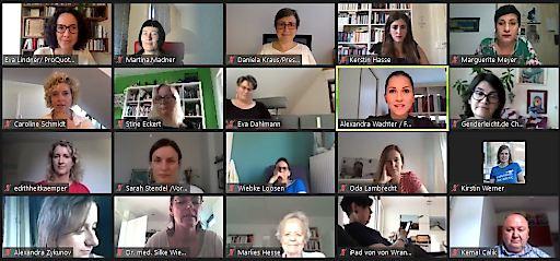 Alexandra Wachter spricht im Concordia -Meetingroom über die Forderungen des Frauennetzwerks Medien