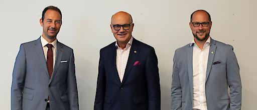 Obmann der Bundessparte Tourismus und Freizeitwirtschaft in der WKÖ Robert Seeber (Mitte) mit seinen Stellvertretern Mario Pulker (links) und Mario Gerber (rechts)