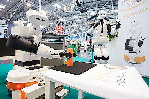 """UMFRAGE: Roboter bieten Chancen für COVID-19-Neustart in der Industrie / Die automatica ist der weltweit führende Marktplatz für die automatisierte, intelligente Produktion und findet Corona-bedingt verschoben vom 08. bis 11. Dezember in München statt. Mit den Auswirkungen der Corona-Pandemie auf die Robotik und Automation beschäftigt sich auch die erste Auflage des neuen virtuellen Formats der Weltleitmesse für Robotik und Automation Let's talk by automatica am 9. Juli um 10 Uhr. Die hochkarätig besetzte virtuelle Podiumsdiskussion ist frei zugänglich. Weitere Informationen sowie die Möglichkeit zur Registrierung finden sich unter https://tinyurl.com/yb6lg6pb Weiterer Text über ots und www.presseportal.de/nr/120178 / Die Verwendung dieses Bildes ist für redaktionelle Zwecke honorarfrei. Veröffentlichung bitte unter Quellenangabe: """"obs/AUTOMATICA/automatica MESSE MÜNCHEN"""""""