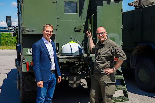 METEKA-Geschäftsfürer Mag. Roland Katschnig übergibt Nocospray-Gerät an Oberst Jürgen Schlechter