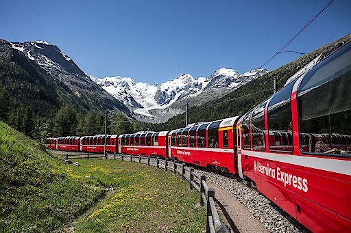 Rhätische Bahn/RhB - Bernina Express - Der Bernina Express in der Montebellokurve, im Hintergrund der Morteratsch-Gletscher. Eine Fahrt von den Gletschern zu den Palmen.