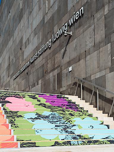 """Blumenteppich aus Andy Warhols """"Flowers""""-Motiven"""