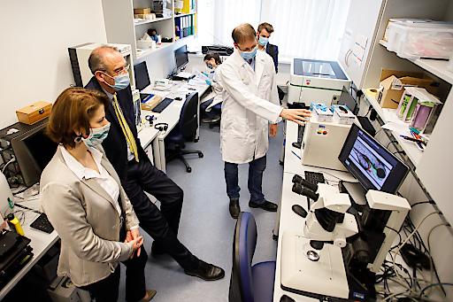 Bundesministerin Mag. Karoline Edtstadler und Bundesminister Prof. Dr. Heinz Faßmann mit Experten der St. Anna Kinderkrebsforschung