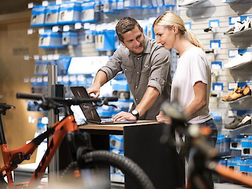 Vor allem bei größeren Investitionen wie einem Bike vertrauen Kundinnen und Kunden auf die kompetente und individuelle Beratung der SPORT 2000 Fachhändler.