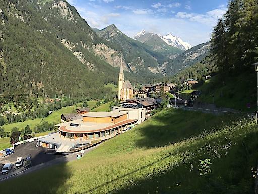 Das moderne neue Besucherzentrum am Ortseingang von Heiligenblut bewahrt behutsam den klassichen Blick des Glocknerdorfes auf den Gipfel.