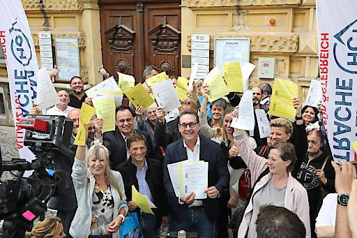 LAbg. Dietrich Kops, HC Strache sowie viele Bürgerinnen und Bürger unterzeichneten heute Unterstützungserklärungen für Wien-Wahl-Kandidatur