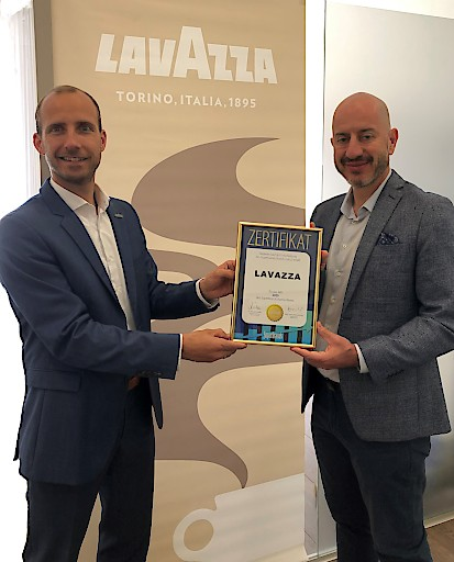 Gregor Peham, Country Manager von Lavazza Österreich, mit Superbrands-Regional Director András Wiszkidenszky