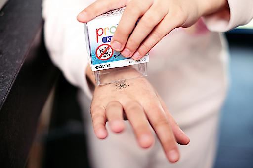 So wird der Protect Kids Stamp von COLOP auf die Handfläche aufgetragen