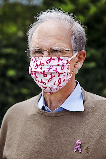 Krebshilfe-Präsident Paul Sevelda trägt die Pink Ribbon MNS-Maske