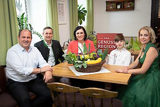 Markus und Sabrina Hillebrand mit ihrem Sohn Lukas – Genussbauernhof, Josef Pröll GENUSS Botschafter und Landwirtschaftsministerin Elisabeth Köstinger.