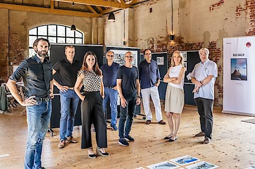 V.l.n.r: Thomas Heil (dreiplus), Tobias Götz (Prefa), Ursula Obernosterer (Prefa), Wolfgang Croce (Croce & Wir), Jürgen Jungmair (Prefa), Nils Krause (hammeskrause), Marleen Viereck (Viereck Architekten), Matthias Boeckl (Architektur Aktuell)