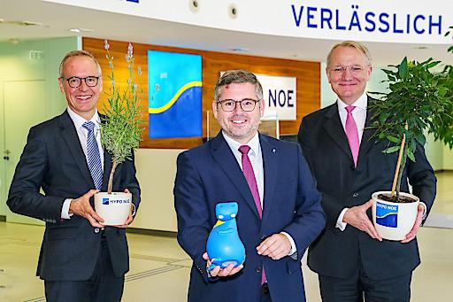 Die beiden HYPO NOE Vorstände Wolfgang Viehauser und Udo Birkner präsentieren gemeinsam mit Niederösterreichs Finanzlandesrat den ersten heimischen Green Bond mit Umweltzeichen Zertifizierung.