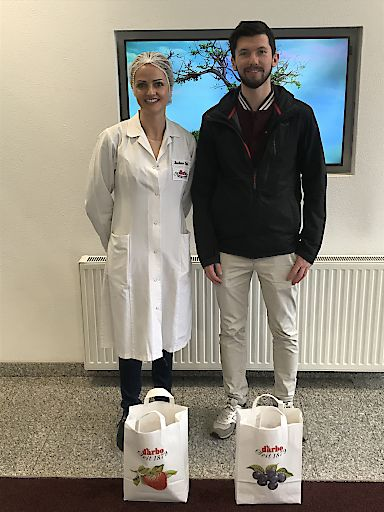MCI Student Dominik Huber mit Dr. Barbara Empl, Leiterin Darbo Qualitätsmanagement.