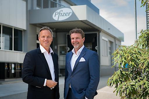 Pfizer Austria Geschäftsführer Prof. Dr. Robin Rumler und Martin Dallinger, Geschäftsführer der Pfizer-Impfstoffproduktionsstätte in Orth an der Donau