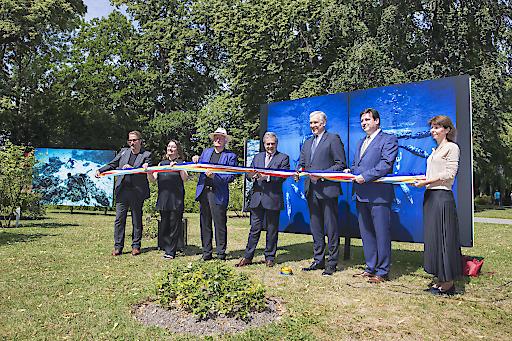 Die Bänder in den Landesfarben von Niederösterreich und Frankreich werden vom Botschafter der Republik Frankreich François Saint-Paul und Landesrat Martin Eichtinger durchtrennt.