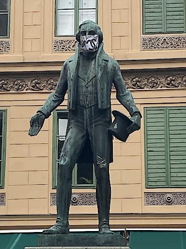 Nestroy mit schicker Mund-Nasen Schutzmaske