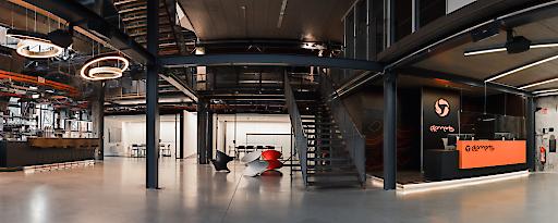 Historie trifft Moderne: imposante Gusswerk-Elemente werden stilvoll in erweitertes Loft-Büro integriert