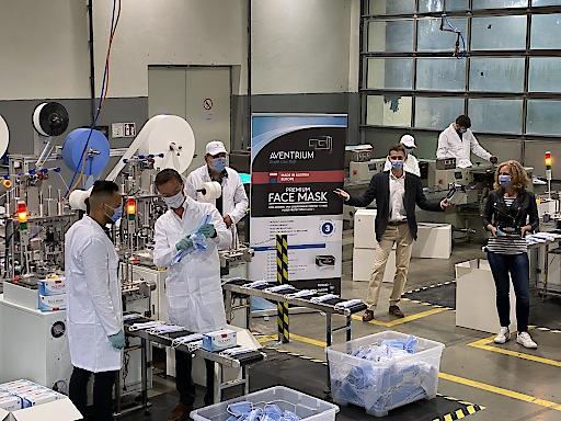 Mitarbeiterinnen und Mitarbeiter in der Produktionshalle.