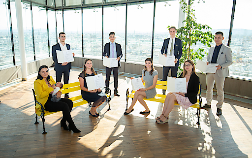 Die Absolventinnen und Absolventen der Lehre zur Bankkauffrau / zum Bankkaufmann bei der Raiffeisenlandesbank Niederösterreich-Wien