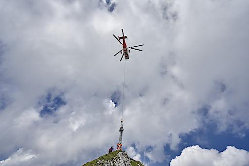 Das erste steinerne Gipfelkreuz Österreichs erreicht seinen Bestimmungsort, die Seekarlspitze in der Region Achensee, Tirol.