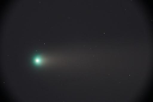 """Der aktuelle Komet C/2020 F3 """"NEOWISE"""" aufgenommen mit dem historischen Fernrohr der Kuffner-Sternwarte in Wien Ottakring. Deutlich ist die helle Koma, sozusagen der """"Kopf"""" des Kometen und der Kometenschweif erkennbar. Aufnahme vom 20. Juli 2020."""