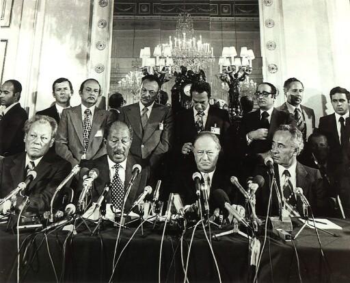 Das Bild zeigt Bruno Kreisky am 8. Juli 1987 auf einer Pressekonferenz im Wiener Hotel Imperial gemeinsam mit (v. l. n. r.) dem Präsidenten der Sozialistischen Internationale Willy Brandt, Ägyptens Staatspräsident Anwar al Sadat und dem israelischen Vizepräsidenten der Sozialistischen Internationale Shimon Peres im Zusammenhang mit Nahostfriedensgesprächen.