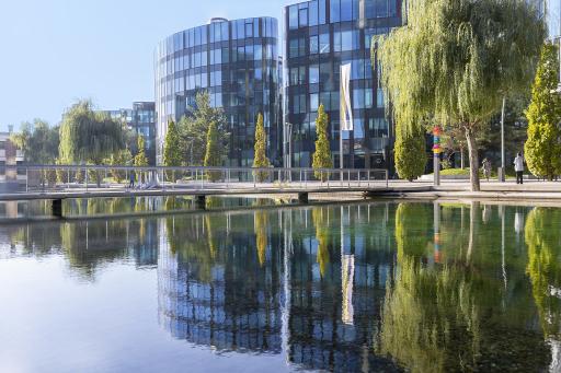 Das Viertel Zwei verfügt durch das Element Wasser, den zahlreichen Bäumen und den teilweise begrünten Fassaden über eine natürliche Kühlung.