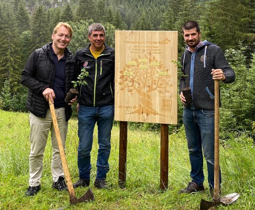 Geschäftsführer von MITRACO Wolfgang Bosch, Forstaufseher Klaus Friedl und Bürgermeister der Gemeinde Pfafflar Bernd Huber (von links) haben bereits 600 Bäume gepflanzt. Weitere werden bald folgen.