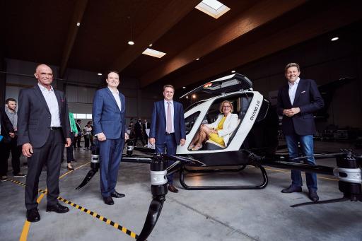 von links nach rechts: Hannes Hecher (CEO Schiebel), Andreas Perotti (Director Marketing & Communications FACC), WKNÖ-Präsident Wolfgang Ecker, LH NÖ Mikl-Leitner, WKÖ-Präsident Harald Mahrer.