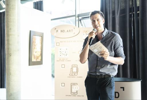 fynd.art Gründer, Gottfried Eisenberger bei der Präsentation der web Applikation in der Bakerhouse Gallery in Graz.
