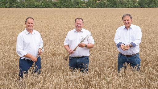 Personen im Getreidefeld