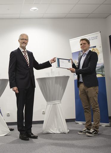 Guido Boehmelt, Leiter von Research Beyond Borders bei Boehringer Ingelheim Wien, übergibt den BI Innovation Prize an Matthias Brand, Managing Director und Forschungsleiter bei Proxygen.