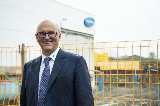 Firmeninhaber und Geschäftsführer Hans Georg Hagleitner beim Spatenstich für das größere Spender-Werk