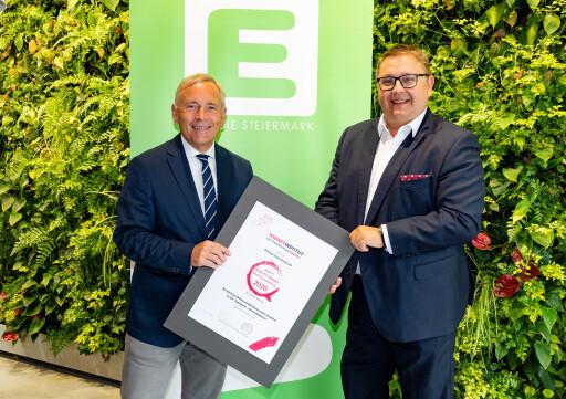 """Freude über Platz am Siegespodest: Energie Steiermark Vorstandsduo Christian Purrer (li.) und Martin Graf mit dem """"market Quality Award"""" in der Kategorie """"Weiterempfehlung"""""""
