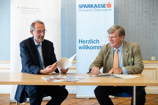 Bildungsminister Heinz Faßmann und Wilhelm Kraetschmer vom Österreichischen Sparkassenverband unterzeichnen die Schülerliga-Kooperationsvereinbarung bis 2023.