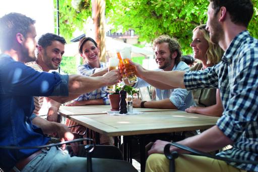 Bei erneut sommerlichem Wetter stoßt man am besten in den Gastgärten der Gastronomie gemeinsam mit Bier auf die Braukunst an.
