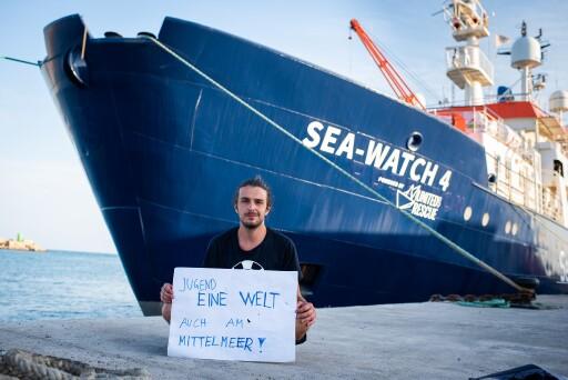 Der ehemalige Jugend Eine Welt-Mitarbeiter Jakob Frühmann vor der SEA WATCH 4