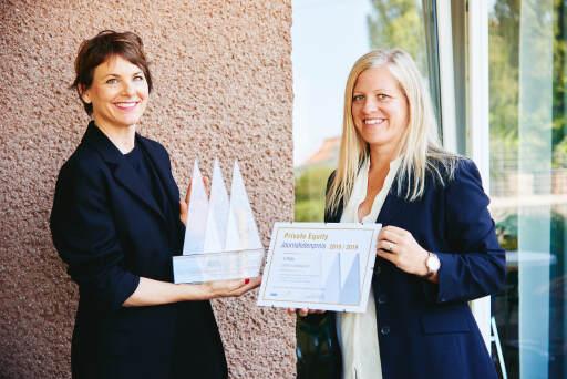 Die Geschäftsführerin der RWB Austria, Birgit Schmolmüller (rechts), überreicht Cathren Landsgesell (links) Trophäe und Urkunde für den ersten Platz beim Private-Equity-Journalistenpreis.