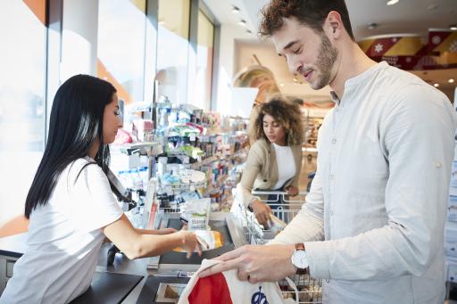 """dm setzt auf """"immergünstige Preise"""" statt auf ständige Preisveränderung und erspart dem Kunden damit lästige Vorratskäufe."""