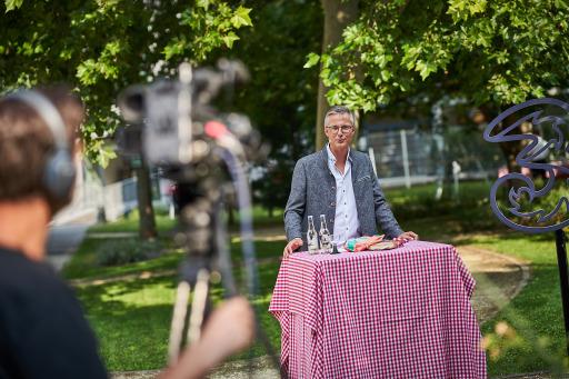 Drei CEO Jan Trionow grüßt die virtuellen Gäste beim Drei Sommerfest.