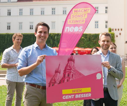 Spitzenkandidat Christoph Wiederkehr (li.) und Landesgeschäftsführer Philipp Kern reichen die NEOS Wien-Liste für die Gemeinderats- und Landtagswahlen 2020 ein.