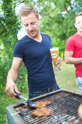 Den Sommer mit Gegrilltem und Bier genießen
