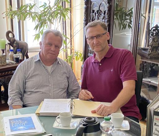 Autor Prof Dr. Günther Krause (li.) und Verleger Dirk Kohl (Weltbuch-Verlag) bei den letzten Korrekturarbeiten
