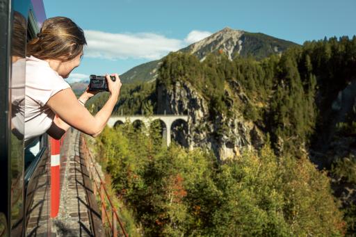 RhB Passagierin fotografiert das Landwasserviadukt.