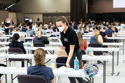 https://www.apa-fotoservice.at/galerie/23428 - In Linz (Medizinische Fakultät der JKU Linz) nahmen 1.213 Personen teil (Design Center Linz: 614; Messe Wels: 599) – bis zum Ablauf der Online-Anmeldung Ende März 2020 hatten sich 1.832 Interessierte gemeldet.